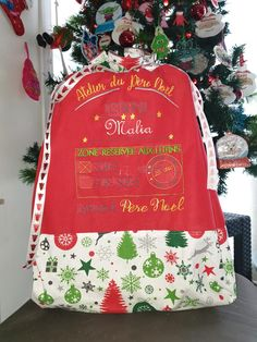 Et si cette année vous confectionniez une hotte de Noël en tissu pour placer tous les cadeaux au pied du sapin ou décorer votre intérieur à l'occasion des fêtes ? Ce tuto couture est gratuit. Occasion, Tutorial Sewing, Fume Hood, Leprechaun, Tutorials, Calendar, Gifts