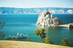 Rocks on the shore of the picturesque Lake Baikal, Russia Lago Baikal, Wallpaper Free, Trans Siberian Railway, Costa, Lake Mountain, Countries Of The World, Day Tours, Asia Travel, Best Hotels
