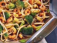 Shrimps mit Brokkoli und Sprossen aus dem Wok