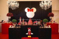 Inspire-se na linda Festa Minnie Vermelha da Maria Clara com uma decoração impecável, cheias de personalizados e ideias para a sua festa! Mickie Mouse Party, Minnie Y Mickey Mouse, Fiesta Mickey Mouse, Mickey Mouse Parties, Mickey Party, Mini Mouse Birthday Decorations, Minnie Mouse Decorations, Mickey Cupcakes, Baby Tea