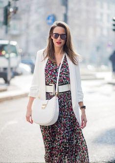 Tea Dresses sind eigentlich ein alter Hut, der jetzt wieder kommt. Frauen trugen die biederen Kleider schon in den 40er Jahren. Merkmale: Midi-Länge, betonte Schultern, taillierter Schnitt, oft aus geblümtem Stoff. Jetzt sind die Spießer-Kleider wieder total angesagt. Stylingtipps + die schönsten Tea Dresses zum Shoppen findest du hier. #teadress #sommerkleid #fashion