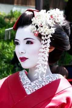 Woman dressed as Geisha, but fake. Maiko do not wear full red lips when wearing long silk kanzashi. The collar would also only be red and cream. Geisha Make-up, Geisha Kunst, Geisha Hair, Japanese Makeup, Japanese Beauty, Asian Beauty, Natural Beauty, Korean Makeup, Geisha Costume