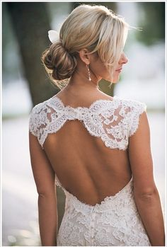 backless lace wedding dress / Monique Lhuillier