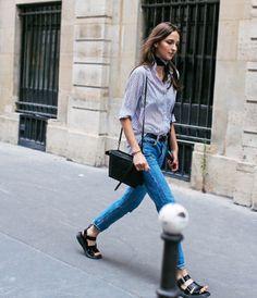 透け感のあるシャツに程良くフィットしたジーンズ。サンダル、ベルト、バッグを黒にすることで引き締め感がアップします。首に巻いたスカーフも素敵です。パリの街並みを颯爽と歩いている姿はサマになりますね。
