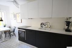 keittiö,remontti,mustavalkoinen,vaalea,valoisa,keittiön tasot,keittiön pinnat,keittiön kaapit,musta,valkoinen,ruokailuryhmä,pesu-allas,minim... Humble Abode, Home And Living, Sweet Home, Kitchen Cabinets, Home Decor, Google, Decoration Home, House Beautiful, Room Decor