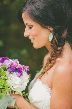 Weddbook Wedding ♥ fishtail treccia acconciature con gioielli turchese. Acconciature di primavera per i capelli lunghi. Coda di pesce treccia acconciatura da sposa per matrimoni sulla spiaggia.   Primavera estate  brown   fishtail treccia bohemien   spiaggia
