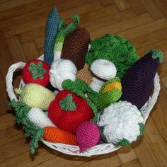 Horgolt zöldségek MINTA, csináld magad leírás, Játék, Dekoráció, Meska Crochet Fruit, Christmas Wreaths, Christmas Ornaments, 4th Of July Wreath, Holiday Decor, Diy, Vegetables, Toilet, Patterns