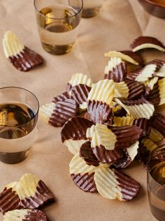Sweet and salty chocolate dipped potato chips #theeverygirl