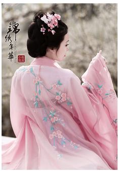 Chest-high Ruqun/襦裙 and embroidered pink Daxiushan/大袖衫 (large-sleeve robe) from 衔泥小筑's Hanfu (han chinese clothing) collection.