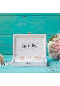 Porta Alianzas de madera Mr & Mrs  en color Blanco. Pintada a mano y tratada para tener aspecto envejecido. Incluye cojín cosido a mano.
