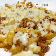 Receta de patatas fritas con carne y queso These fried potatoes with meat and cheese can also be prepared with hamburgers (we shred them and sauté them in oil) or with bolognese sauce. Then we put the cheese and gratin as in the recipe.