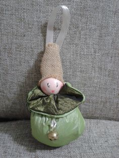 Elfo realizzato con pallina di legno decorata a mano e sacchetto!