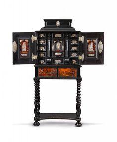 Böhmen, letztes Viertel 17. Jh., der Tisch später.Kabinettschrank Eger, Auktion 1066 Kunstgewerbe, Lot 1017