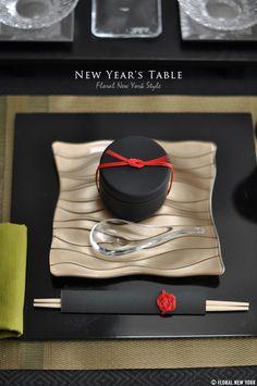 $スタイルのある暮らし It's FLORAL NEW YORK Style ~暮らしをセンスアップするフラワースタイリングで毎日を心豊かに、心地よく~ Japanese Taste, New Year Table, Japanese New Year, Sushi Party, Table Setting Inspiration, Vietnamese Restaurant, Dinning Table, Dining Room, Table Set Up