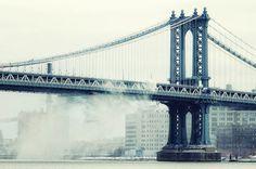 """Sương sớm lan tỏa trên cầu Manhattan, một trong ba cây cầu nối liền quận Queens và quận Brooklyn. Cây cầu """"đâm thẳng"""" vào khu Chinatown, vì vậy người dân New York nếu muốn đi chợ dịp cuối tuần thì phải qua cầu này."""