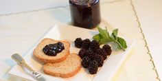 In Summertime Tuscan undergrowth are plenty of delicious blackberries. This easy to make recipe shows you how prepare a delicious homemade blackberry jam. Seedless Blackberry Jam, Homemade Blackberry Jam, Blackberry Jam Recipes, Watermelon Nutrition, Raspberry Freezer Jam, Black Raspberry Jam Recipe, How To Make Homemade, Meals For One, Sauerkraut