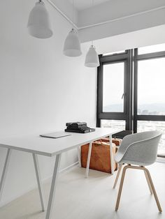 인테리어 이야기 ① | 과거와 달리, 현대인의 생산적 활동 대부분은 책상과 의자에서 일어난다. 인간은 책상 앞에 앉아 사유하고 창조한다. 어떤 면에서 사유의 기원은 인간의 머리가 아니며, 책상과 책상 위에 놓인 종이와 펜이야말로 그것의 진정한 기원이다. 책상과 의자의 발명은 지금의 문명사회를 만든 원동력인 셈이다. 책상 중심의 작업공간에서 우리는 무엇을 더하고 빼야 하는가?