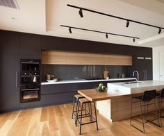 Modern Kitchen Interior Modern kitchens make use of brilliant design and sleek designs to create an outstanding space to prepare, consume and amuse. Search our pick of the best modern kitchen interior design Classic Kitchen, New Kitchen, Kitchen Decor, Kitchen Ideas, Timeless Kitchen, Medium Kitchen, Kitchen Trends, Kitchen Black, Kitchen Wood