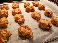 Bladerdeeghapjes kaas bacon - lekker en eenvoudig te maken! Lunch Snacks, Tapas, Catering, Meal Prep, Brunch, Food And Drink, Appetizers, Cooking Recipes, Ethnic Recipes