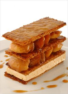 Mille-feuille de pommes caramélisées par Alain Ducasse. Étaler la pâte en rectangle à 2mm d'épaisseur, à la dimension de la plaque sur laquelle vous la cuirez. Piquer la pâte à la fourchette.…