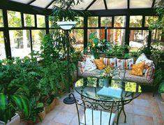 jardin hivernal cosy avec canapé et table en verre