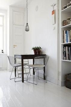 Valkoinen lattia lisää valoisuutta ja tekee pienestäkin tilasta avaran näköisen. Yhdessä rouheiden kalusteiden kanssa se muodostaa vastustamattoman yhdistelmän, mikä toimii hyvänä pohjana sisustukselle