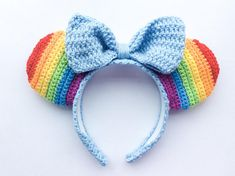 🌈 find the rainbow connection 🌈 These rainbow Ears feature 6 colours of the rainbow, and are topped off with a light blue bow 💙 *Colour of bow and headband can be changed, leave a note before ordering* Any questions? Send me a message :) ❤️🧡💛💚💙💜 Disney Crochet Patterns, Crochet Disney, Crochet Bows, Crochet Headband Pattern, Crochet Hook Set, Cute Crochet, Crochet Crafts, Easy Crochet, Crochet Projects