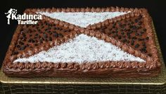 Bisküvili Yaş Pasta Tarifi en nefis nasıl yapılır? Kendi yaptığımız Bisküvili Yaş Pasta Tarifi'nin malzemeleri, kolay resimli anlatımı ve detaylı yapılışını bu yazımızda okuyabilirsiniz. Aşçımız: Sümeyra Temel
