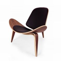The elegant Control Brand Bishop Chair - Black is a chair from the designer Hans Wegner. The design is reminiscent of a wing and the genuine leather. Modern Chairs, Modern Furniture, Furniture Design, Modern Lounge, Lampe Bourgie, Lounge Chair, Leather Lounge, Wing Chair, Sweet Home