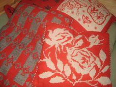 täkänä tyynyjä, joista osa on ollut myös seinävaatteena 1950 luvulla