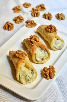 Hiperica Lady Boheme: Recipe savory cannoli with gorgonzola and walnuts Antipasto, Finger Food Appetizers, Appetizer Recipes, Fingers Food, Cannoli Recipe, Cannoli Cake, Cannoli Dip, Cannoli Cream, Wine Recipes