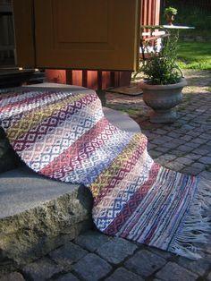 Kuvahaun tulos haulle väva matta med kant i stället för fransar Weaving Textiles, Weaving Patterns, Textile Patterns, Fabric Design, Pattern Design, Swedish Weaving, Recycled Fabric, Scandinavian Style, Woven Rug