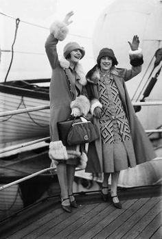 ▫Duets▫groups of two in art and photos - friends on a ship. 1930s Fashion, Art Deco Fashion, Retro Fashion, Vintage Fashion, Fashion Men, Mode Vintage, Vintage Ladies, Look Gatsby, Vintage Dresses