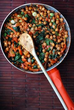 Spanish Chickpeas and Spinach with Roasted Garlic- The dish that looks most appetizing to me through out all of my pinned main dishes. Looks like it has a lot of flavour espicially with the roasted garlic, but also healthy. Veggie Recipes, Whole Food Recipes, Vegetarian Recipes, Cooking Recipes, Healthy Recipes, Cooking Games, Healthy Tips, Delicious Recipes, Vegan Foods