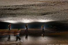 """Los exploradores Howard y Deb Limbert se demoraron un año en alcanzar el fin del túnel de la cueva, luego de que su progreso se viese detenido por una gran pared de 60 metros de altura, también conocida como """"La Gran Muralla de Vietnam""""."""