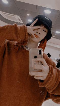 Boy Tumblr, Boy Idols, Kids Icon, Cute Korean Boys, K Wallpaper, Felix Stray Kids, Foto Casual, Kid Memes, Kpop Aesthetic
