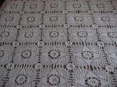 Aujourd'hui je vais vous montrer un trésor qui me vient de ma grand-mère : un couvre lit en crochet qu'elle a confectionné quand elle était jeune fille ! Je l'adore !!!!!!!! De plus près : Et le détail des cotés : C'est une merveille n'est-ce pas ???...
