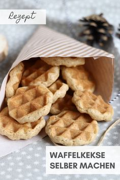 Recipe: You can make wafer biscuits yourself all year round. The waffle cookie recipe can be varied slightly and in winter e. The cookie recipe for the whole year is quick and easy and tastes great on every occasion. Christmas Brunch, Christmas Breakfast, Waffle Recipes, Cookie Recipes, Breakfast Bars, Breakfast Recipes, Waffel Cookies, Waffle Biscuits, Crepes And Waffles