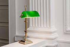 bankerlampe smaragdgr n h henverstellbar mit quadratischem sockel an glattem rohrg. Black Bedroom Furniture Sets. Home Design Ideas