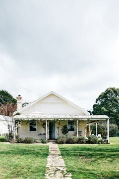 This white Federation era cottage in Trentham, Victoria is home to Lynda Gardener and her partner Mark Smith who run the cafe and old-wares store 'Trentham General.' Tour their home which has been styled just in time for Christmas! Rustic Farmhouse, Farmhouse Style, Country Style, Australian Homes, Australian Country Houses, Australian Farm, Australian Christmas, Farmhouse Remodel, House Goals