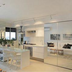 Boa noite! Ótima semana a todos!  Cozinha l Destaque para o painel espelhado, que camufla a cozinha quando necessário, e contribui para dar mais amplitude ao apê! Projeto @paolaribeiroarqinteriores #apartamento #interiordesign #kitchen #cocina #gourmet #cool #cozinha #espelho #arquiteta #white #luxurydesign #interior #arquitectura #architecture #rj #riodejaneiro #glamour #boanoite #goodnight #instabest #friends #blogfabiarquiteta #fabiarquiteta #fabivilela #fabiarquitetainspira…