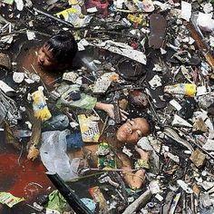 Reto 7: fotonoticia. El dia de la tierra, dos niños se bañan en un río en Filipinas. Ignacio Escolar #RetoVisual0911 #CA0911