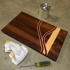 black walnut and maple cutting board Small Woodworking Projects, Carpentry Projects, Woodworking Guide, Custom Woodworking, Wood Projects, End Grain Cutting Board, Diy Cutting Board, Wood Cutting Boards, Chopping Boards