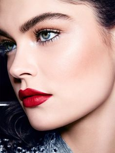 Makeup Trends, Makeup Looks & Tutorials by Maybelline. Discover the season's latest looks, shades and makeup products here. It's makeup inspiration at your fingertips! Winter Makeup, Holiday Makeup, Christmas Makeup, Applying Eye Makeup, How To Apply Makeup, Photomontage, Sexy Make-up, Winter Beauty Tips, Makeup 2018