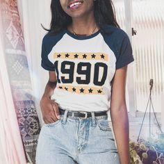 Blusa anos 90 com mom jeans do brechó de 2 reais. @dayaneassiis Moda Casual, Fashion Inspiration, T Shirts For Women, Closet, Tops, Dresses, Ladies T Shirts, Women's Clothes, 90s Shirts