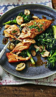 Awesome Healthy salmon with mushrooms and broccoli – fast, fresh and all yours. The post Healthy salmon with mushrooms and broccoli – fast, fresh and all yours…. appeared first on Recipes . Salmon Dishes, Seafood Dishes, Salmon Meals, Salmon Belly Recipes, Recipes For Salmon, Simple Fish Recipes, Seafood Menu, Keto Salmon, Baked Salmon