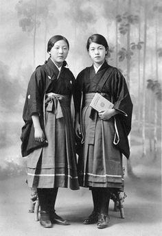 【画像】1910年代のセーラー服wwwwwwwwwwwww : 暇人\(^o^)/速報 - ライブドアブログ Japanese Outfits, Japanese Fashion, Vintage Photographs, Vintage Photos, Era Taisho, Geisha, Era Meiji, Japanese Haiku, Academia Fitness