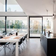 Avoin ruokailutila ja upeat näkymät ulos terassille My Dream Home, Planer, Home Kitchens, Kitchen Dining, Beautiful Homes, Sweet Home, Flooring, Interior Design, Architecture