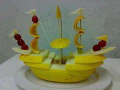 bateau pirate en melon d'espagne et fruits frais