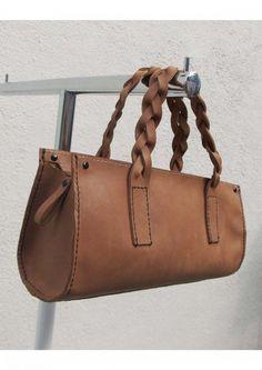 小さな革のバッグ 茶・黒糸 | HandMade in Japan 手仕事の新しいマーケットプレイス iichi